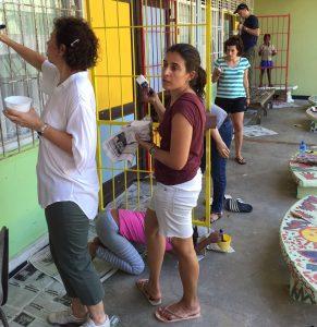 Stichting Voor Het Kind Reparación del muro de la escuela Actividad de UMA: 18 personas. Se lijaron y pintaron los portones de la escuela; se preparó y compartió una cena con la comunidad. Población beneficiada:18 niños