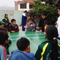 Niños jugando pingpong